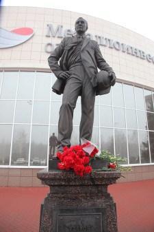 Памятник Угарову