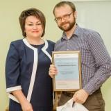 Сергея Моздолевского с заслуженной наградой поздравляет Ирина Дружинина