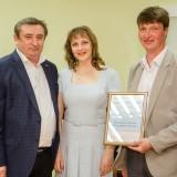 Александр Тищенко награждает семью Мишиных за активное участие в популяризации темы ОТиПБ на ОЭМК