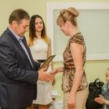 Управляющий директор ОЭМК Николай Шляхов награждает Людмилу Демину